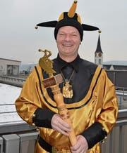 Hofnarr Walter Dönni, mit Bakel und Orden, freut sich über die Auszeichnung. (Bild: Gianni Amstutz)