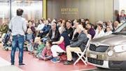 Das Publikum der ambulanten Lesung wird in der Tiefgarage ungewollt Zeuge eines höchst privaten Briefinhaltes. (Bild: Lars Böni)