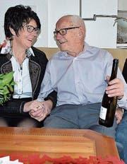 25. Dezember: Hans Frischknecht aus Azmoos feiert seinen 100. Geburtstag und nimmt Gratulationen entgegen. (Bild: Thomas Schwizer)