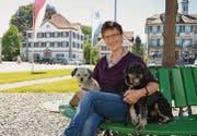 Autorin und Tierliebhaberin Anita Glunk auf dem Dorfplatz in Gais. Die Mischlinge Ronja und Felix nennt sie lachend «ihre Kinder». (Bild: rf)