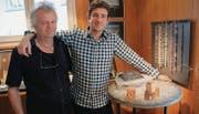 Lucas Schweizer (links) und Paul Brent haben sich zusammengetan, um die Goldschmiede St. Peterzell mit neuem Leben zu füllen. (Bild: Thomas Geissler)
