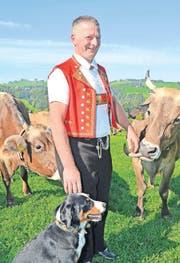 Nicht nur Kühe lieben ihn: Jakob Müller ist das neue Gesicht von Appenzellerland Tourismus AR. (Bild: ker)