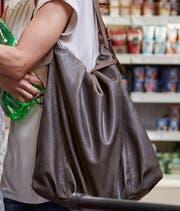Die verurteilte Frau hat Frauen die Handtasche geklaut, als sie abgelenkt waren. (SYMBOLBILD/CHRISTOF SCHUERPF/KEYSTONE)