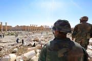 Soldaten schauen über die Zerstörung des historischen Bel Tempel in der Stadt Palmyra. Die Armee entriss die Stadt am 27. März dem IS. (Bild: UNCREDITED (AP))