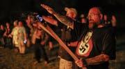 Nächtliches Zusammenkommen des Ku-Klux-Klan mit amerikanischen Neonazis, um eine verstärkte Koordination ihrer rechtsextremen Aktivitäten zu besiegeln. (Bild: Erik S. Lesser/EPA (Temple, 23. April 2016))