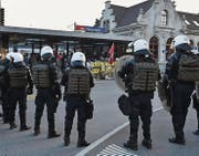 Polizeieinsatz am Rapperswiler Bahnhof bei der Demonstration gegen die Pnos-Veranstaltung in Kaltbrunn. (Bild: Manuela Matt/ZSZ ( 22.10.2016))