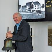 Gasterzähler Alfons Bieger läutet die alte Fabrikglocke, das letzte Relikt der Oberaacher Industriegeschichte. (Bild: Yvonne Aldrovandi-Schläpfer)