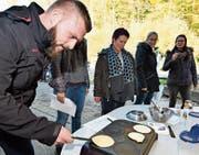 Orkun Simsek, Lehrer an der Nordstrasse, versucht unter Beobachtung seiner Kolleginnen Pfannkuchen herzustellen. (Bild: Manuel Nagel)