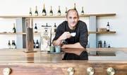 Tobias Iseli lehnt auf der bronzenen Arbeitsfläche der T1 und trinkt einen Espresso. (Bild: Donato Caspari)