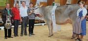 Die Kuh Laura ist neue «Miss Toggenburg» und Andreas Wittenwiler aus Nesslau (im weissen Hemd) der stolze Eigentümer. (Bilder: Cecilia Hess-Lombriser)
