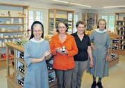 Das Team der Klosterapotheke: (v.l.) Schwester Dorothea, Monika Signer, Maria Signer und Schwester Andrea. Auf dem Bild fehlt Lucia Meier. (Bild: Markus Fässler)