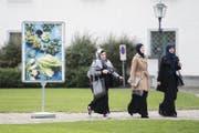 Kopftuchstreit als Auslöser: Muslimische Frauen nach einer Gerichtsverhandlung in St.Gallen. (Bild: Ennio Leanza/KEY (7. November 2014))