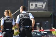 Polizeibeamte vor dem Konstanzer Club, in dem die Schiesserei stattfand. (Bild: Keystone)