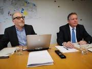 Finanzchef Thomas Knupp und Stadtpräsident Thomas Niederberger erläutern die Zahlen zur städtischen Rechnung 2017. (Bild: Martina Eggenberger Lenz)