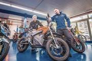 Rolf und Reto Lehmann mit einem Zero-Motorrad in ihrer Werkstatt. (Bild: Thi My Lien Nguyen)