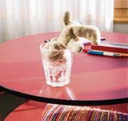 Teddy im Wasserglas: Ein Leben mit Demenz bedeutet auch, dass normal ist, was sonst nicht normal ist. (Bild: Véronique Hoegger)
