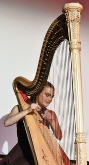 Seline Jetzer sorgte mit sehr hochstehenden Klängen auf der Harfe für eine bezaubernde, gefühlvolle Stimmung. (Bilder: Thomas Schwizer)