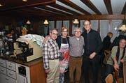 Josef Manser, Präsident der GFI (links), und Martin Pfister, Präsident der SP AI (rechts), bedanken sich beim Wirtepaar Mario und Donatella D'Errico für die jahrelange Gastfreundschaft. (Bild: Roger Fuchs)