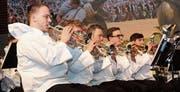 Die Musikantinnen und Musikanten in weissen Sennechutteli. (Bild: Ernst Inauen)