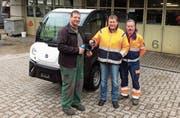 Roman Tschirren übergibt die Schlüssel des neuen Elektrofahrzeugs an Dani Mathis und Ueli Weber vom Aadorfer Werkhof. (Bild: PD)