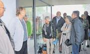 Regula Eugster (grüne Jacke) bittet die Besucher um Denkmalpfleger Fredi Altherr (links) und Architekt Piet Kempter (neben Altherr) herein.