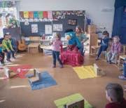Welche Energiequelle gehört zu welchem Gegenstand? Unterricht im Kindergarten Hofjünger in Wattwil. (Bild: Claudio Heller)