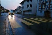 Der Fussgängerstreifen in Staad bekommt eine Mittelinsel. Im Herbst werden alle Streifen im Kanton auf Beleuchtung überprüft. (Bild: Rudolf Hirtl)