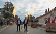 Mit der Goldmedaille um den Hals werden Kurt Frieden und Pascal Witprächtiger von ihren Ballonfahrer-Kollegen empfangen. (Bild: pd)