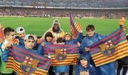 Einige Junioren der AS Calcio posieren im Camp Nou mit einem Angestellten. Danach verfolgen sie das Spiel des FC Barcelona. (Bild: PD)