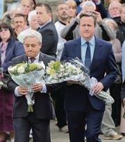 Gedenken am Tatort: Parlamentspräsident John Bercow (links) und Premierminister David Cameron. (Bild: epa/Nigel Roddis)