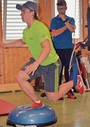 Der junge Skirennfahrer Marco Fischbacher wird bei den Stabilisationsübungen von seinem Physiotherapeuten beobachtet. (Bild: Urs Huwyler)