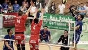 Lausanne UC dominiert in der Partie gegen Volley Amriwil (blaue Trikots) klar. (Bild: Mario Gaccioli)