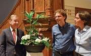 Der Präsident der Evangelischen Kirchgemeinde Heinz Stübi mit dem neu gewählten Pfarrer Marcel Schmid und seiner Frau Isabel vor der Pfarrkanzel in der Kirche Kurzdorf. (Bild: Mathias Frei)