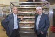 Valentin Stöckli (links), der neue Eigentümer, und Matthias Schwyter in der Backstube des Ostschweizer Traditionsunternehmens Schwyter. (Bild: Urs Bucher)