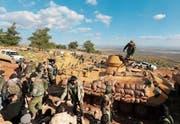 Türkische Soldaten und protürkische Einheiten im Kampf um den Hügel Bursayah im Norden Syriens. (Bild: AP ()
