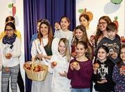 Apfelkönigin Marion Weibel posiert mit Rickenbacher Primarschülern. (Bild: Marco Cappellari)