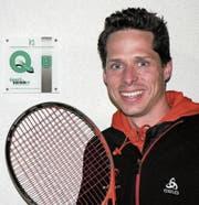 Micha Winkler vom Tennisclub Gams brachte den Saxerriet-Insassen seine Sportart näher. (Bild: PD)