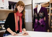 Die violette Jacke und der Jupe brachten ihr die Goldmedaille, jetzt ist Nadja Humbel bereits wieder an der Arbeit in St. Gallen. (Bild: Luca Linder)