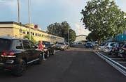 Die Neuhofstrasse führt zur Kleinen Allmend. Noch vor kurzem parkten hier die Elterntaxis beidseits der Strasse. (Bild: PD)