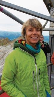 Unerwartet im Mittelpunkt: Ursula Baumberger fühlt sich bei ihrem Säntisbesuch richtig wohl; hier beim Stopp auf dem zweiten Masten (Bild: pd)