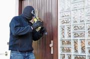 Einbrecher benützen gerne einfache Hebelwerkzeuge, um Türen aufzubrechen. (Bild: PD)