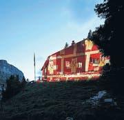 Die beleuchtete Hundstein-Hütte des SAC Säntis (AI) am 12. September und die komplett ausgebuchte Läntahütte des SAC Bodan (TG) am 7./8. September (von links). (Bild: Frank Schwarzbach)