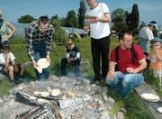 Brot backen auf heissem Holz. (Bilder: Rudolf Käser)