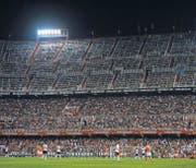 Das Mestalla-Stadion in Valencia ist seit 90 Jahren stetig gewachsen – und zum engen Flickwerk mitten in der Stadt geworden. (Bild: getty/Manuel Queimadelos Alonso)