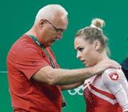 Giulia Steingruber wird nach der verpatzten Bodenübung an den Olympischen Spielen von Trainer Zoltan Jordanow getröstet. Steingrubers Fussverletzung beendet die Zusammenarbeit der beiden einige Wochen früher als geplant. (Bild: Peter Klaunzer/KEY (Rio de Janeiro, 16. August 2016))