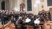 Der Festchor und das Ad-hoc-Orchester in der katholischen Kirche in Weinfelden. (Bild: Manuela Olgiati)