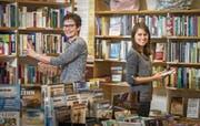 Annette Haslebacher und Geschäftsleiterin Angela Soller in der christlichen Buchhandlung Brunnestube an der Schmidstrasse 2 in Weinfelden. (Bild: Reto Martin)