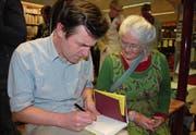Peter Stamm signiert für eine Besucherin sein neues Buch. (Bild: Ruth Bossert)