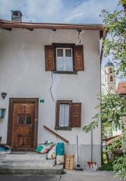 Durch viele Fassaden im Dorf ziehen sich Risse.Bilder: (Bild: Jil Lohse)
