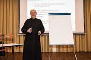 Pater Gregor Brazerol, Prior der Benediktinergemeinschaft Fischingen, erläutert, weshalb auch die Pfarreien fusionieren sollten. (Bild: rsc)